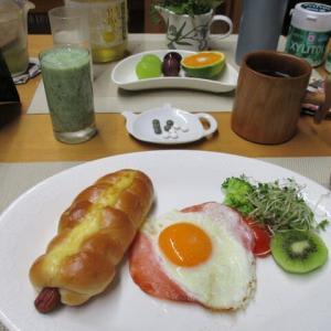 ソーセージパン、ハムエッグで朝ごはん♪