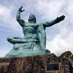 【\(^o^)/\(^o^)/】長崎原爆の落下中心地で「人間の鎖」 核廃絶求め、高校生平和大使ら150人が集会