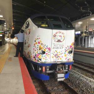 新大阪駅にて ハローキティはるかが (*´ω`*)