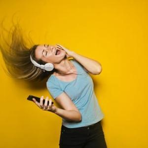 【1日15分で差をつける】車での通勤時間を有効活用する4つの『聴く』