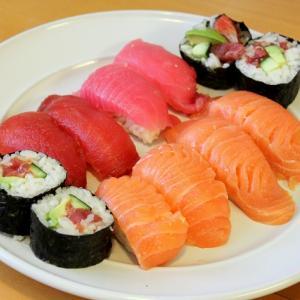 サーモンとマグロの手作り寿司☆アメリカでも美味しい生の魚を買えるお店がありました。