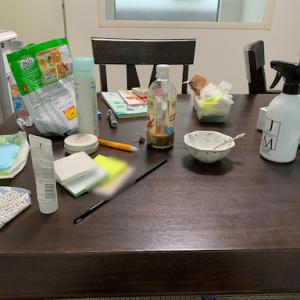 一週間で100捨て2日目、テーブルの上がカオス
