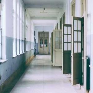 屋内の道案内を英語でする(1)~ down the hall
