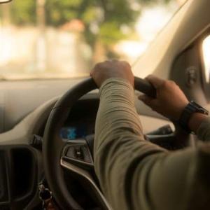 あおり運転など、道路上でのアグレッシブな行為の英語表現(1)