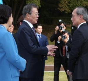文大統領、駐韓日本大使と2分20秒の対話後に笑み 【韓国の反応】