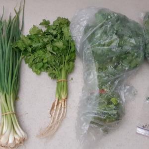 ファーマ―ズマーケットで野菜とお菓子、買ってきた。