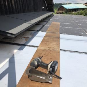 カーポート屋根に配管が通るエアコン交換