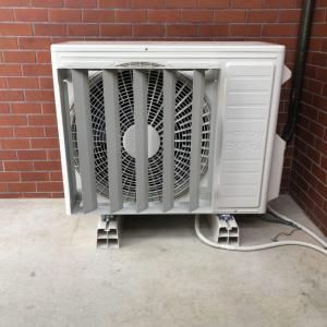 お盆前に取り付けたエアコンの室外機周辺が暑いし何とかならへん?