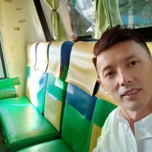ガラガラのバスの中で密着プレイで辱められるマンゴー