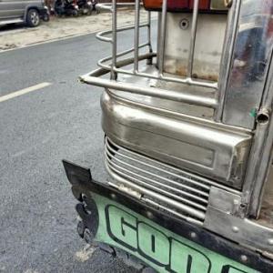 ジプニーで事故に遭うマンゴー
