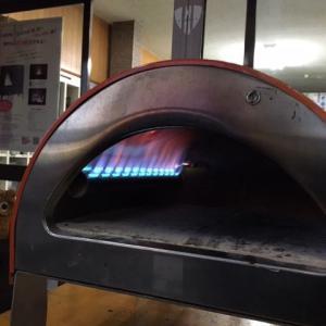 新型ピザ窯のデモがやってきた