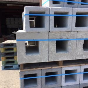 フェンスの基礎ブロックは大小様々あるぞ