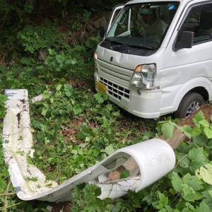 目前の車が事故!