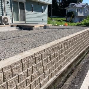 擁壁ブロックに続き防草シート+砂利が完成