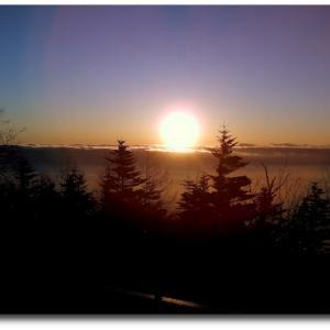 陽が沈み、雲海あかく染まる