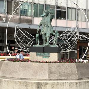 もーも、たろさん、ももたろさん、お腰につけたきびだんごも銅像になっちゃったよ。