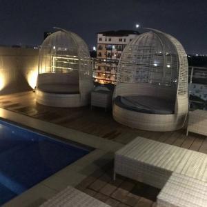 アンヘレスのアポロニアロイヤルホテルを御紹介 屋上にプールとバーが有り雰囲気も良いです。