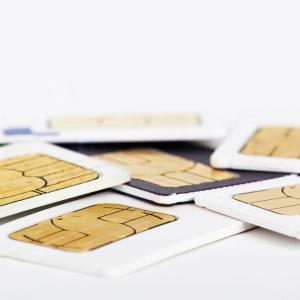 SIMカードとは何か、簡単に言うと「利用者や電話番号が登録されたもの」