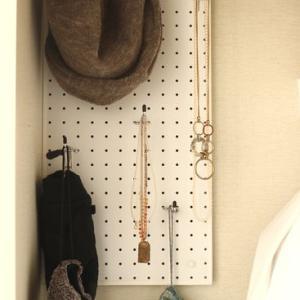 「壁」を使って、冬小物とアクセサリーを整頓
