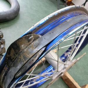 タイヤの中は、泥まみれ