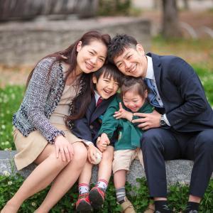 入学記念の家族写真。 公園とご自宅での撮影です。