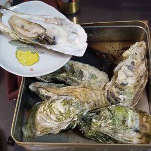 牡蠣のガンガン焼きを楽しむ