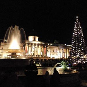 ロンドン最大級のクリスマスツリー、トラファルガースクエア及びナショナルギャラリー