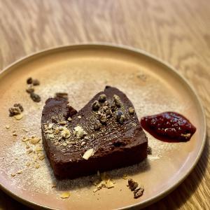 おすすめはラズベリーソース!游ぐクマのベイクドチョコレートケーキ!