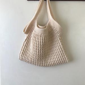 ニットバッグ編んでます♪