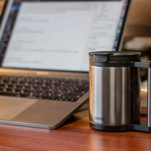 サーモスの「保温保冷マグカップ」が超いい。デスクで美味しいコーヒーを飲むための必需品