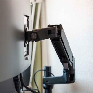 「Amazonベーシックのモニターアーム」レビュー。モニターを自分好みの位置に保持できて便利