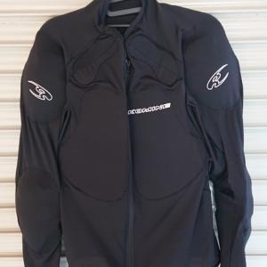コミネのインナープロテクターが夏のバイクにおすすめ!!夏のスタイルとおすすめTシャツも写真で紹介。