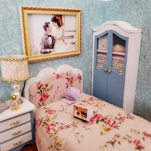 〈ドールハウス〉幸福シリーズキット Happy Moment ④ ベッドサイドランプ 壁掛けアート作り