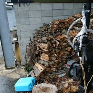 今シーズンの薪ストーブの薪消費量、案外多かったなぁ。後、ブドウの植え付け。
