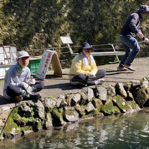 一家4人でニジマス釣り