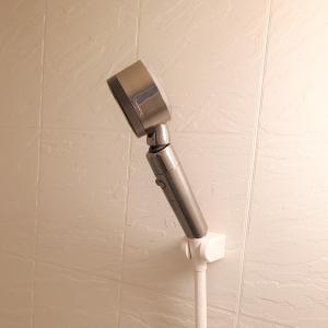 シャワーヘッドに胸を張らせ 行動に思いを乗せる