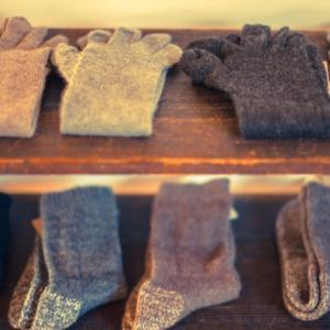 洋服屋の棚はなぜすぐに散らかるのか?その理由を知れば部屋が片付けやすくなる。