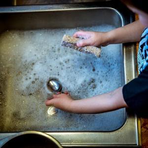 【ブッシュクラフト】洗剤を使わずに油まみれの皿やクッカーを綺麗に洗う方法。