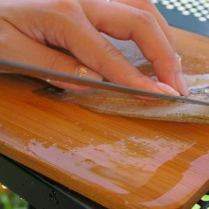 アウトドアで魚を捌くならフィレナイフがおすすめ。キャンプでも刺身を楽しもう。