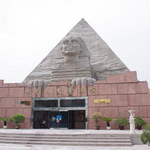 兵馬俑と並んで記念写真が撮れる?西安が誇るC級スポット「世界八大奇迹館」