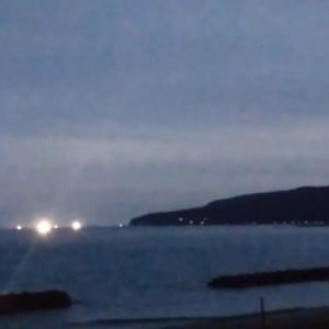 奥尻島の海で見える漁火と漁船の音が静かに聞こえる夜