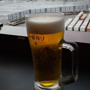 ソウル旅前、成田空港のレストランにて。ガマンの限界で(笑)椅子からずり落ちたお話し(^^)。