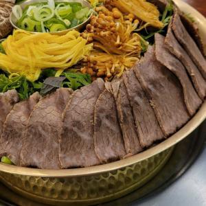 大量のお肉がお鍋にど~んと直立(≧▽≦)!!初めて見たゴージャス韓国料理にびっくり!