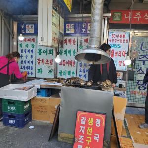畳んだ洋服みたいにお魚を積むソウルの焼き魚横丁!「コーラかスンドゥブか」って言われたら?!