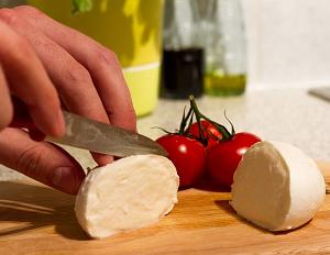 モッツァレラチーズの特徴・魅力を紹介!美味しい食べ方は?