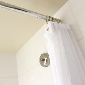 シャワーカーテンのピンクカビの落とし方は?予防方法も解説