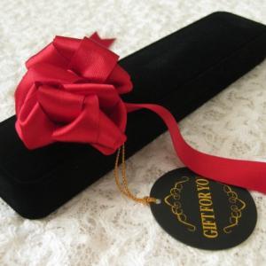 ネックレスをプレゼントするときの箱の入れ方は?ラッピング用品はどこで買う?