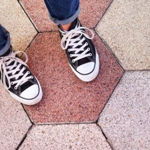 【悲報】コンバースの靴、歩くと疲れる