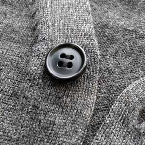ボタンの根本が裂けて穴が!補修してみたf^^*)