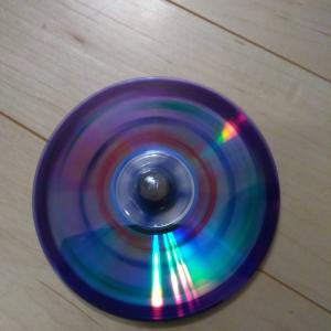 親子で遊ぼう!いらなくなったCDを使って手作りコマを作って回そう!指先の訓練にも!?